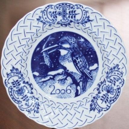 Cibulák Talíř výroční 2006 závěsný reliéfní 18 cm , originální cibulákový porcelán Dubí , cibulový vzor, 1. jakost