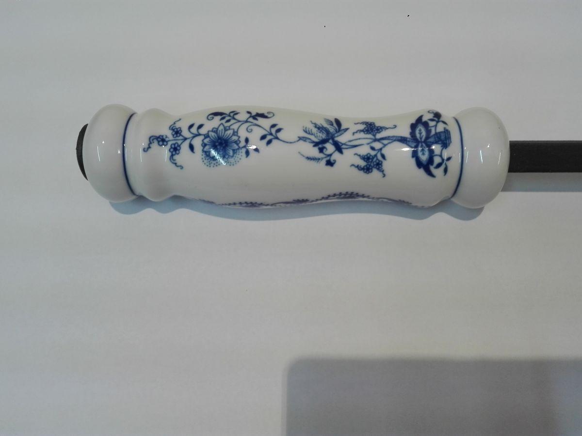 Porcelánová rukojeť ke krbovému nářadí, originální cibulákový porcelán Dubí, cibulový vzor