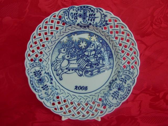 Cibulák výroční 2005 talíř závěsný prolamovaný 18 cm , originální cibulákový porcelán Dubí, cibulový vzor, 1.jakost