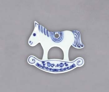 Cibulák Vánoční ozdoba houpací koník 9 cm originální cibulákový porcelán Dubí, cibulový vzor 1. jakost