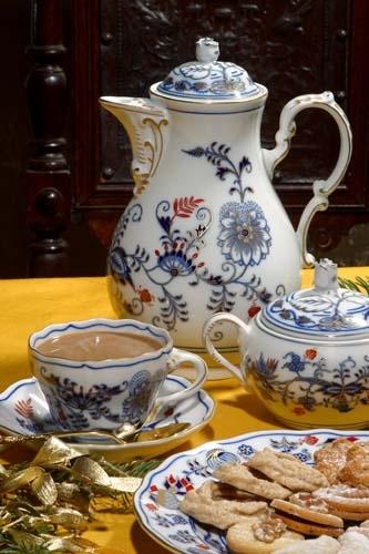 Konvice kávová s víčkem 1,55 l originální cibulák zlacený s dekorací rubín, cibulový porcelán Dubí 1.jakost